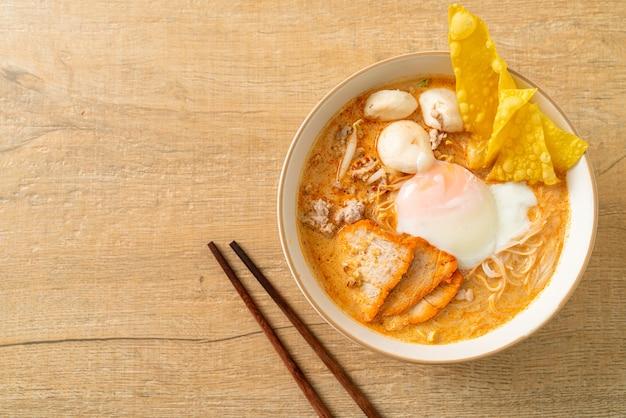 Macarrão de arroz aletria com almôndega, porco assado e ovo em sopa picante - macarrão tom yum