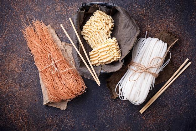 Macarrão de arroz asiático diferente no fundo enferrujado