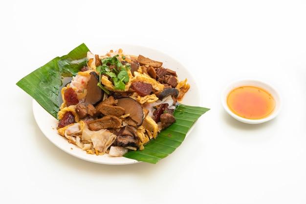 Macarrão de arroz chinês cozido no vapor isolado em uma superfície branca