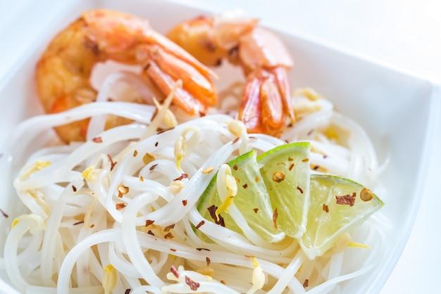 Macarrão de arroz com camarão e broto de feijão