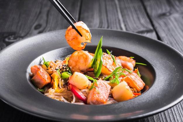 Macarrão de arroz com camarão e legumes