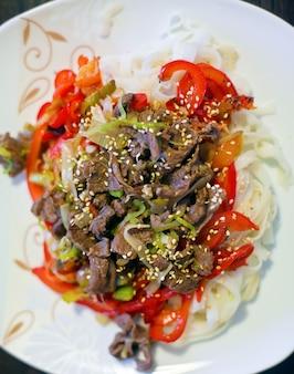 Macarrão de arroz com carne e legumes