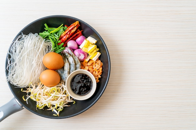 Macarrão de arroz com ingredientes na panela