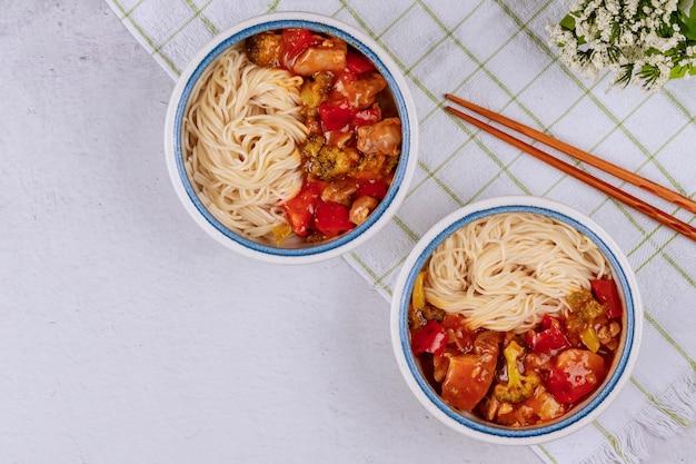 Macarrão de arroz com vegetais salteados na comida chinesa.