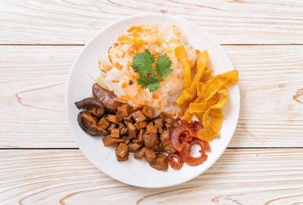Macarrão de arroz cozido no vapor chinês com carne de porco e tofu em molho de soja doce, estilo de comida asiática