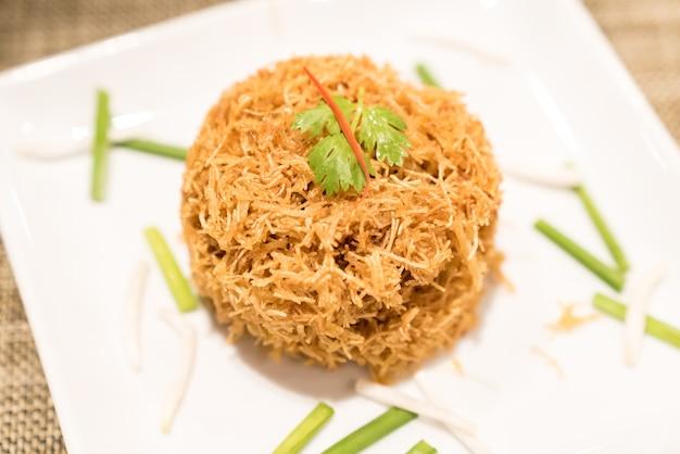 Macarrão de arroz crocante