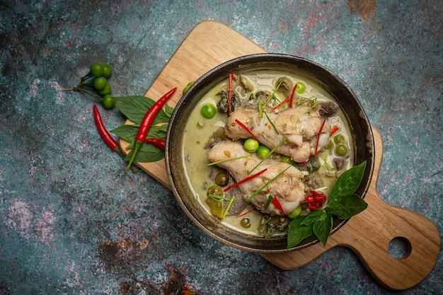 Macarrão de arroz, curry verde de frango, leite de coco comida tailandesa.