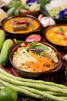 Macarrão de arroz, curry vermelho com almôndegas, com pimentões secos, manjericão, pepino e feijão comprido