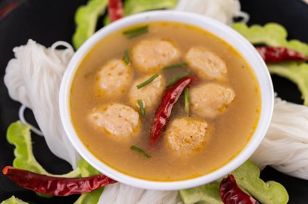 Macarrão de arroz e solução de leite de coco.