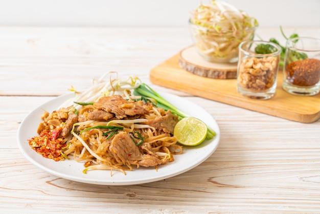 Macarrão de arroz frito com carne de porco em estilo asiático