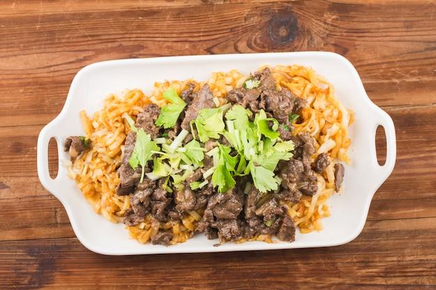 Macarrão de arroz frito com delicadeza da china com carne