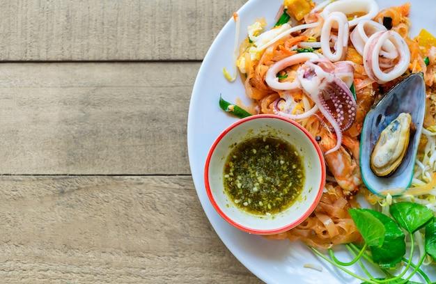 Macarrão de arroz frito (pad thai) com camarão, mexilhões e lulas.