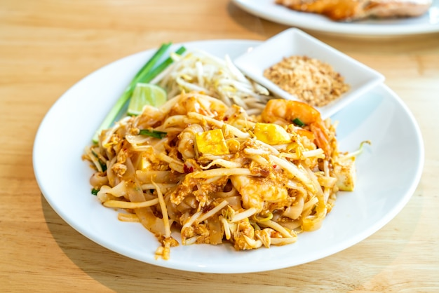 Macarrão de arroz frito tailandês com camarão e camarão