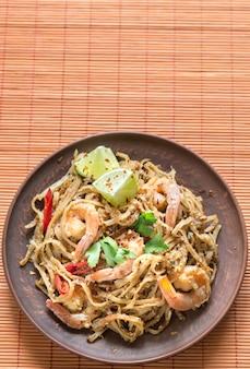 Macarrão de arroz frito tailandês com camarão