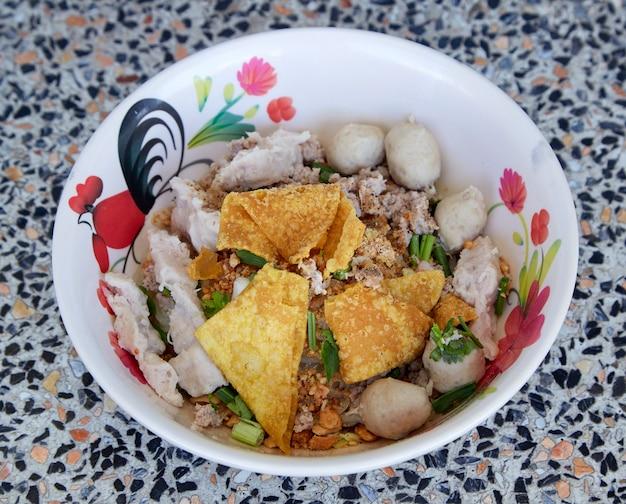 Macarrão de arroz largo com legumes de porco