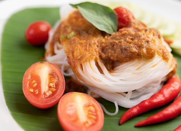 Macarrão de arroz macarrão coberto com leite de coco.