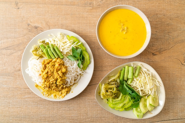 Macarrão de arroz tailandês com caril de caranguejo e vegetais variados - comida tailandesa local do sul