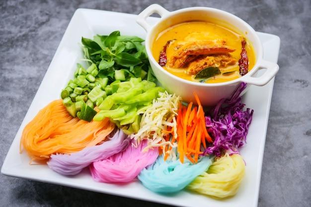 Macarrão de arroz tailandês em molho de caril com legumes