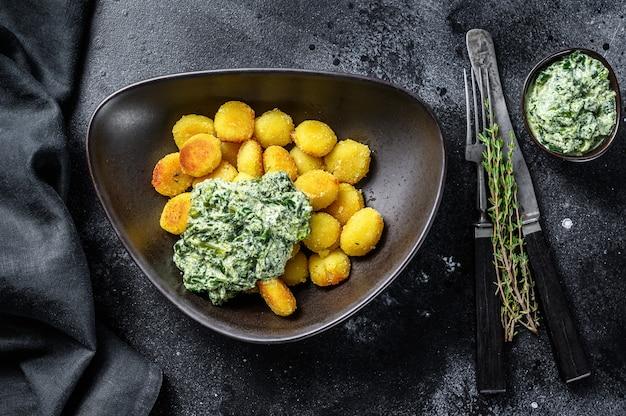 Macarrão de batata nhoque frito com espinafre