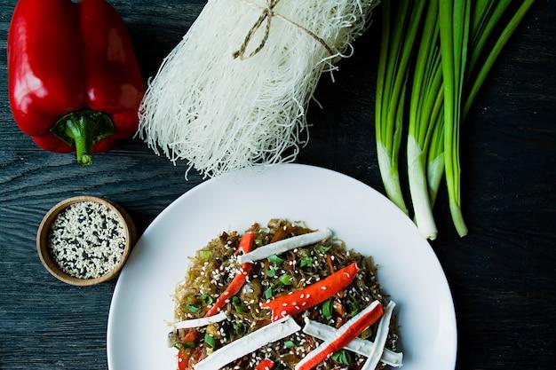 Macarrão de celofane decorado com legumes