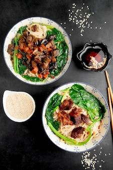 Macarrão de comida asiática nacional com carne e legumes