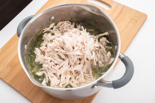 Macarrão de frango saudável e saudável com cenoura e ervas