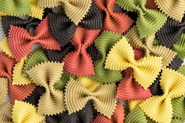 Macarrão de gravata borboleta colorida. close up múltiplo farfalle isolado no fundo branco.