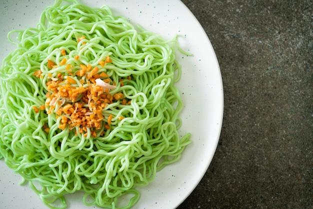 Macarrão de jade verde com alho no prato