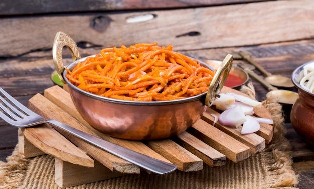 Macarrão de legumes frito picante veg