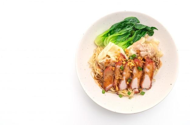 Macarrão de ovo com carne de porco assada vermelha e wonton - estilo de comida asiática
