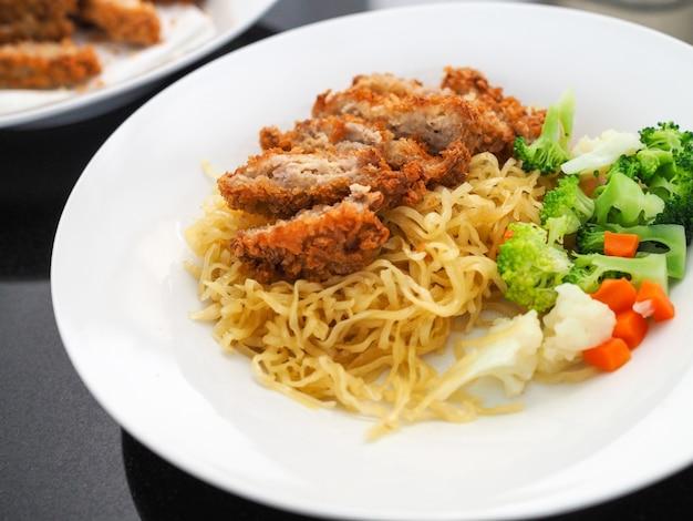 Macarrão de ovo com frango frito e legumes