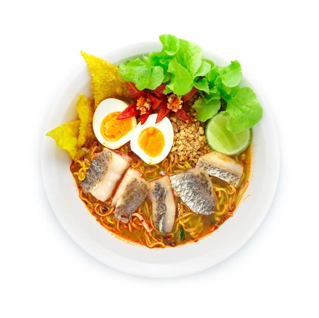 Macarrão de ovo com peixe asiático robalo ou peixe pargo