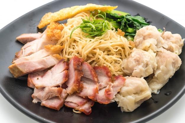 Macarrão de ovo com porco assado vermelho, carne de porco crocante e bolinhos