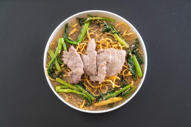 Macarrão de ovo crocante com brócolis e carne de porco chinês