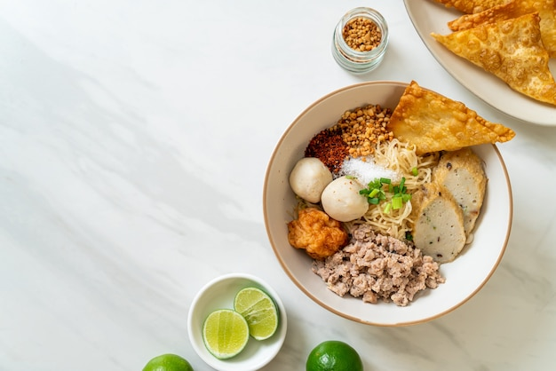 Macarrão de ovo picante com bolinho de peixe e bolinho de camarão sem sopa - comida asiática