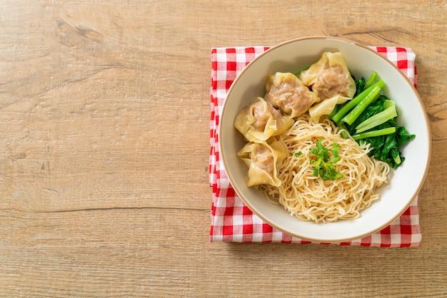 Macarrão de ovo seco com wonton de porco ou bolinhos de carne de porco sem sopa