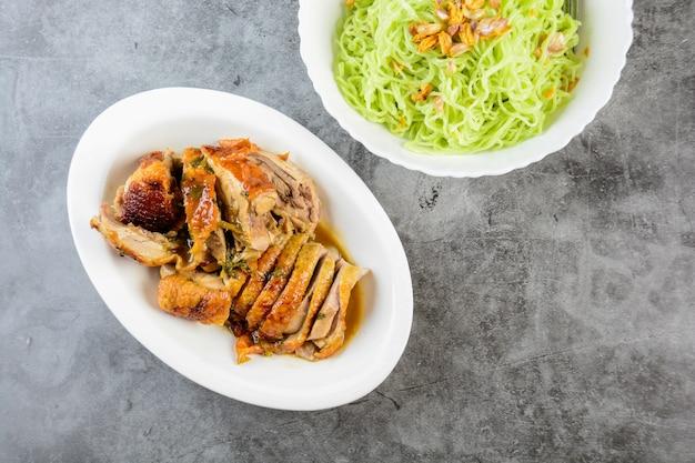 Macarrão de pato assado, macarrão verde com pato assado, alimentos asiáticos
