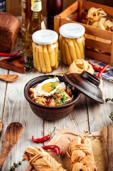 Macarrão de ramen chocken coreano quente com ovo frito