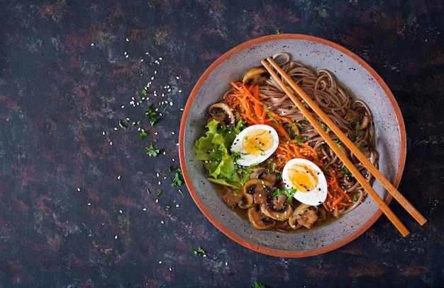 Macarrão de ramen miso japonês com ovos, cenoura e cogumelos. sopa de comida deliciosa. postura plana. vista do topo