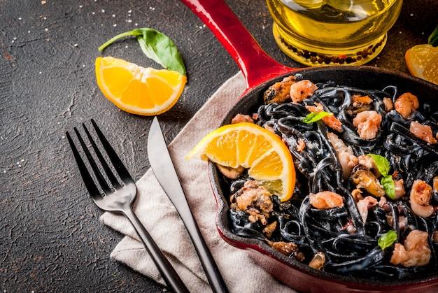 Macarrão de tinta de choco preto com frutos do mar