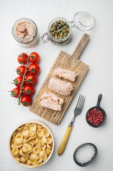 Macarrão de trigo integral com tomates secos e ingredientes de atum na vista superior branca