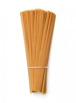Macarrão de trigo sarraceno cru amarrado isolado