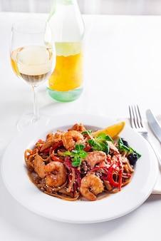 Macarrão de trigo sarraceno soba frio em chapa branca na mesa com vinho