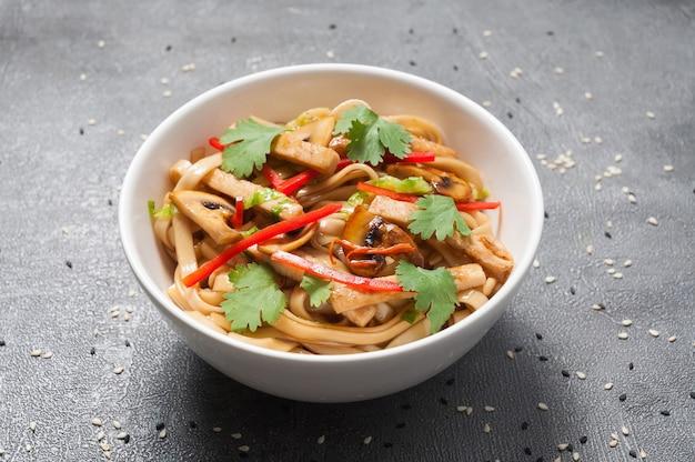 Macarrão de trigo udon com frango e vegetais