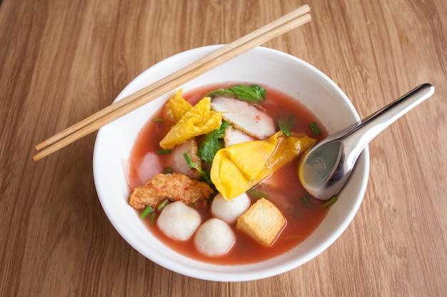 Macarrão de yentafo com almôndega de peixe tofu e bolinho de massa