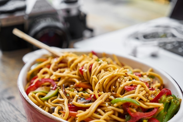 Macarrão delicioso e saudável em cima da mesa