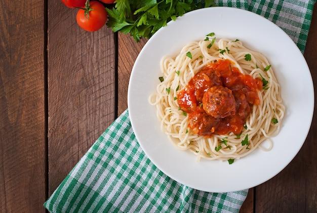 Macarrão e almôndegas com molho de tomate