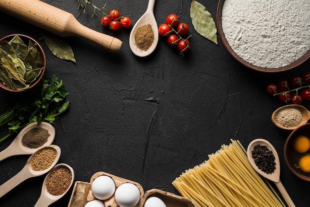 Macarrão e ingredientes para cozinhar