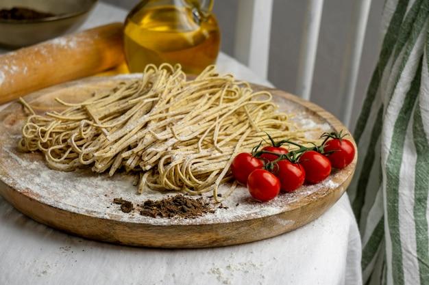 Macarrão e tomates deliciosos de alto ângulo
