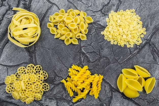 Macarrão em close-up de variedade. massas de várias formas.